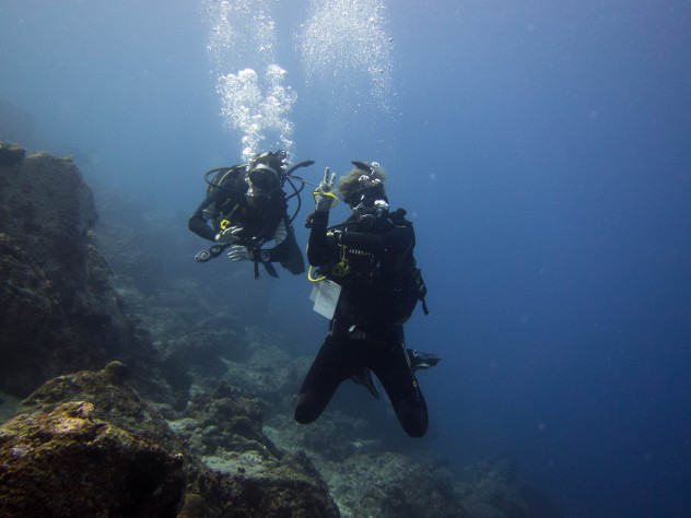 A Dive instructor with his student